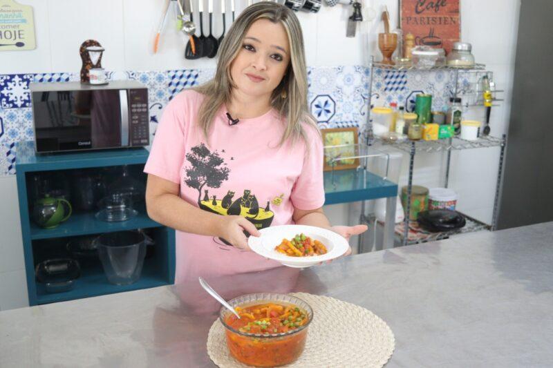A coordenadora do núcleo maranhense da Sociedade Brasileira de Vegetarianismo (SBV), Danielle Cerqueira, com sua moqueca de bago de jaca verde - Foto: Divulgação