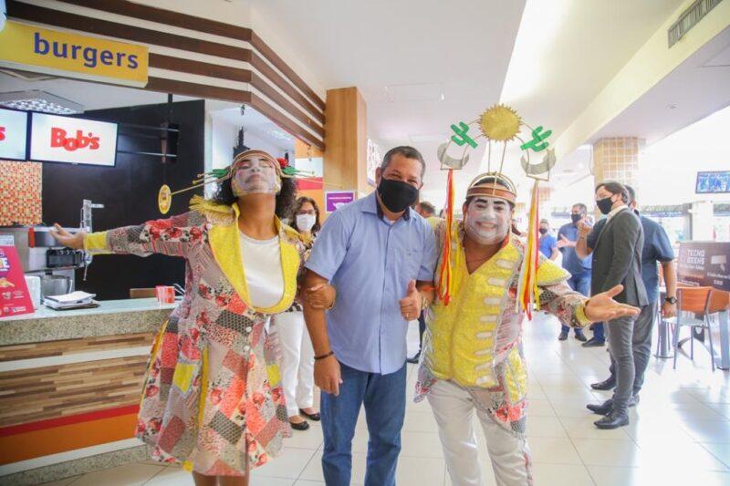 O prefeito Keko do Armazém com personagens do folclore Cabense - Foto: Divulgação