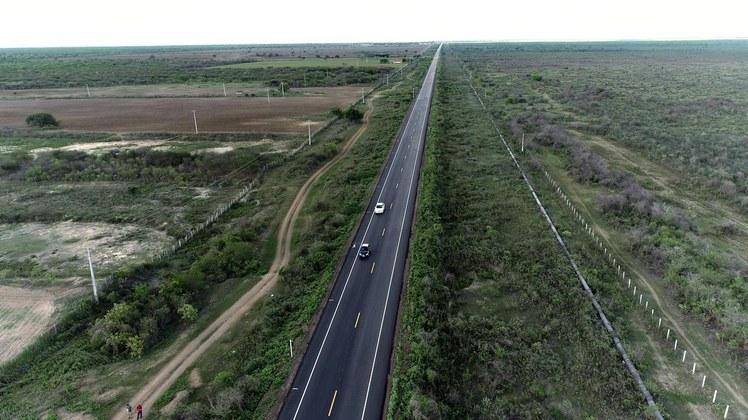 Rodovia do Sal, no Rio Grande do Norte, um corredor logístico para transporte de grande parte do sal produzido nos municípios de Mossoró, Areia Branca e Macau – Foto: Divulgação