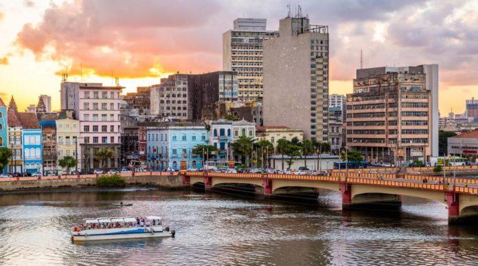 Com passeios náuticos, cultura diferenciada, artesanato e muita história, Recife atrai muitos turistas - Foto: Reprodução