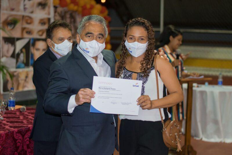 O Diretor Regional do Senac, Ahirton Lopes, entrega certificado a uma das concludentes – Foto: Ascom Senac