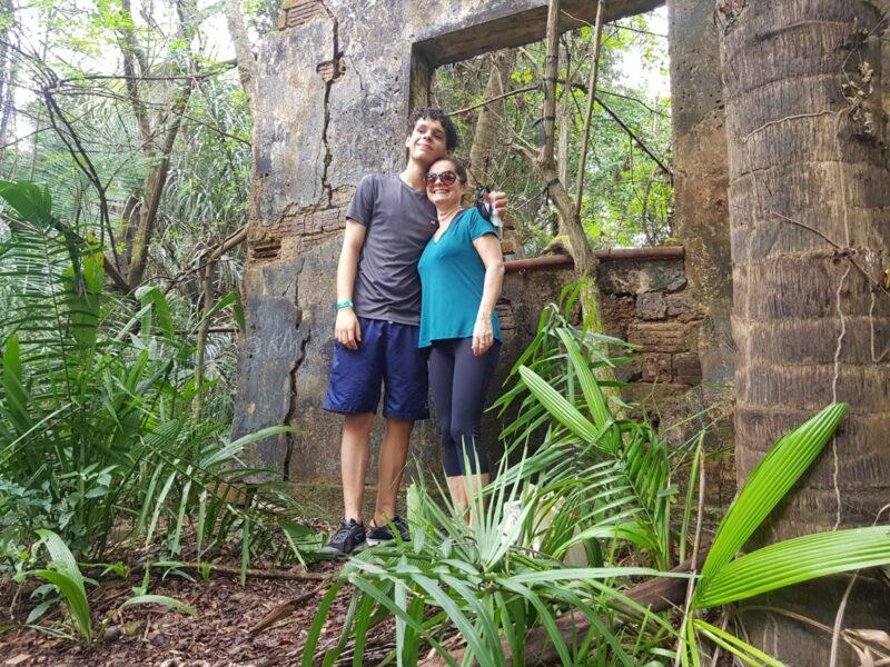 A Mãe Giovana e o filho João em sua primeira trilha desbravando o Itapiracô, nas ruínas das casas dos moradores  que tomavam conta do Projeto do Ministério da Agricultura - Foto: Yndara Vasques