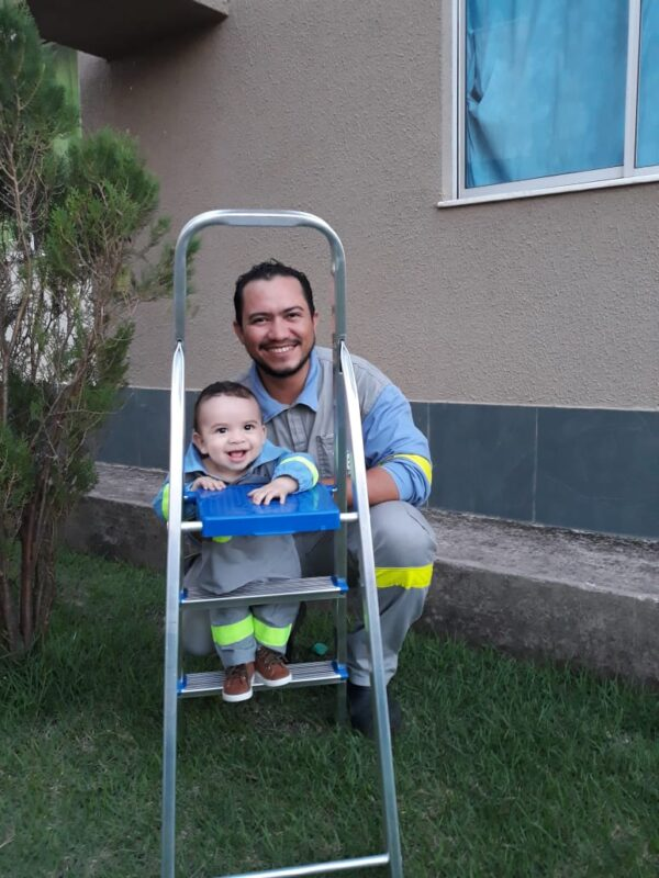Radielson Pereira, eletricista da Equatorial Energia com o filho Pedro Ravi - – Foto: Divulgação