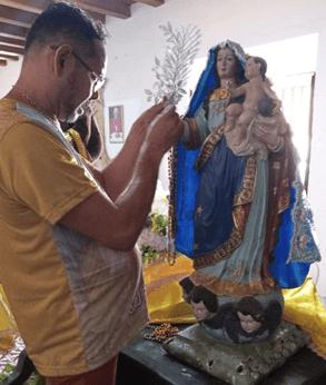 Sebastião Cardoso ornamenta a imagem de Nossa Senhora do Rosário dos Pretos - Foto: Associação dos Amigos de São Benedito