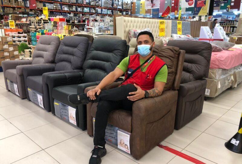 O comprador da Potiguar Marcus Adelmo recomenda a cadeira do papai em couro, como um super presente de Dia dos Pais – Foto: Divulgação