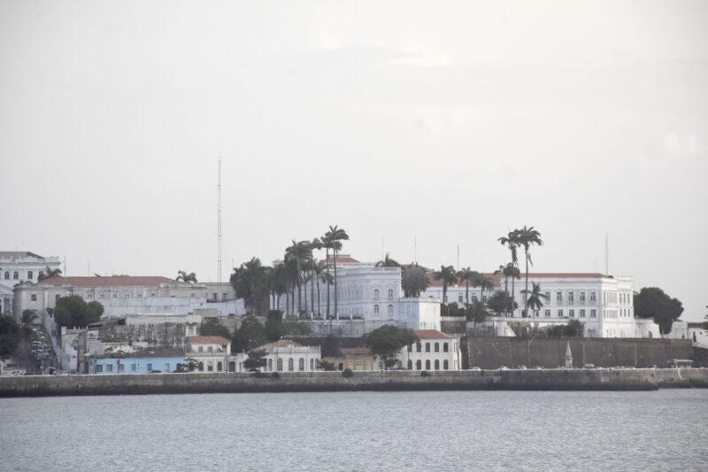 Bem no Centro Histórico de São Luís, com o Palácio dos Leões e as Meias-Laranjas, na Av. Beira-Mar, e parte o Anel Viário - Foto: Paulo Caruá