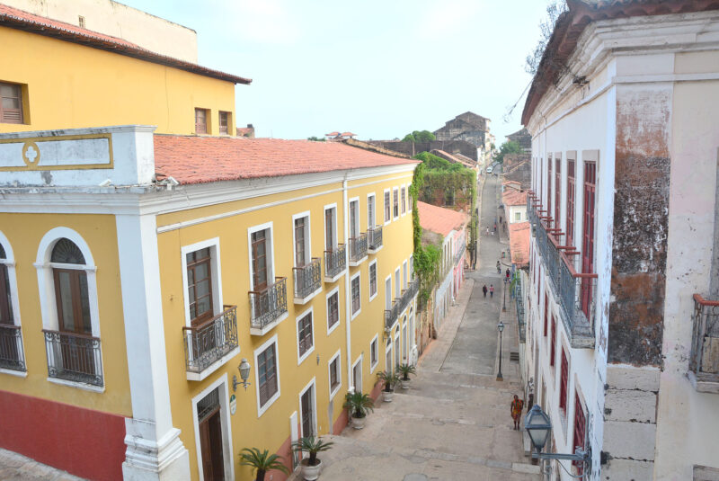 Rua do Giz, ou 28 de Julho, saindo da Rua de Nazaré e Odylo, emoldurada por joias da engenharia lusa: Eleita uma das artérias mais bonitas do Brasil - Foto: Paulo Caruá
