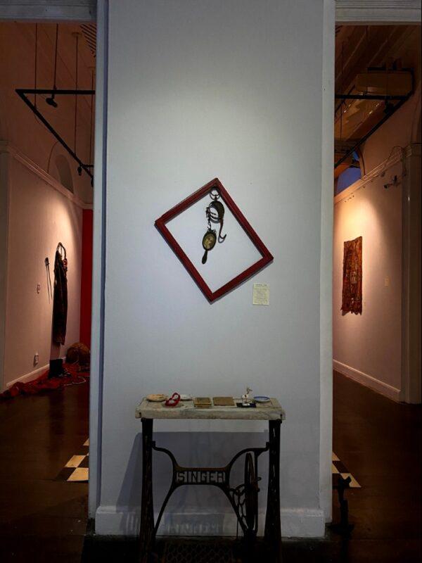 Objetos que estavam instalados na sala de Pazzini e que foram utilizadas em apresentações e aulas do diretor - Foto: Larissa Micenas