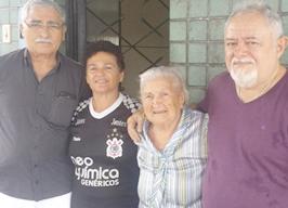 D, Rosa Maia, entre a filha Rosângela, e ex-moradores do Sobrado, João Carlos e Pedrinho - Foto: Arquivo de Herbert de Jesus Santos