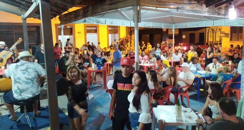 Com um repertório diferenciado, grupo resgata a autenticidade do samba, no Centro de São Luís - Foto: Lúcio Evangelista