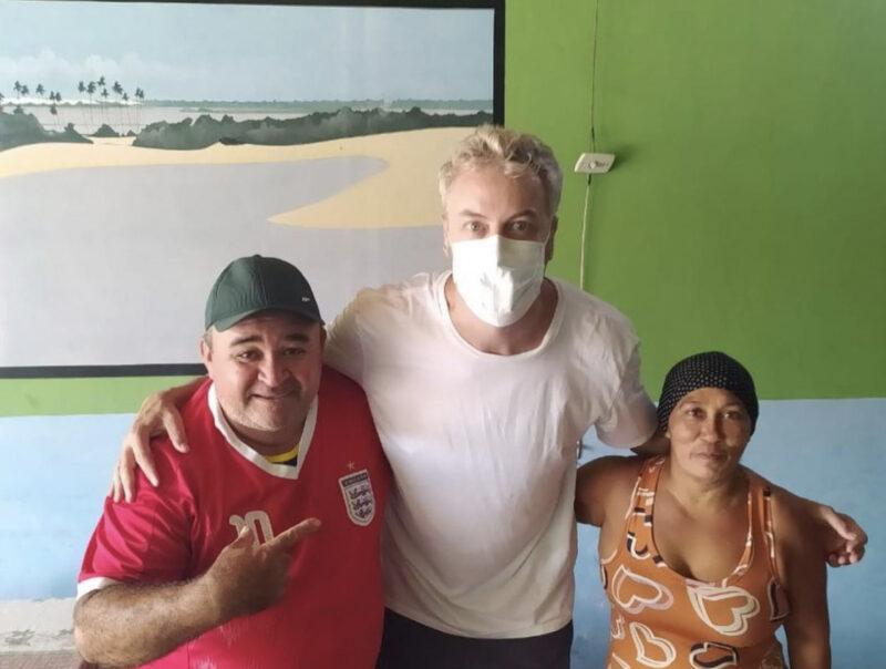O ator Guilherme Weber, na foto com Edvan Santos Azevedo e a esposa, proprietários do Restaurante do Gordo, que fica no Centro da cidade e é famoso pelo seu camarão da malásia – Foto: Instagram/Divulgação