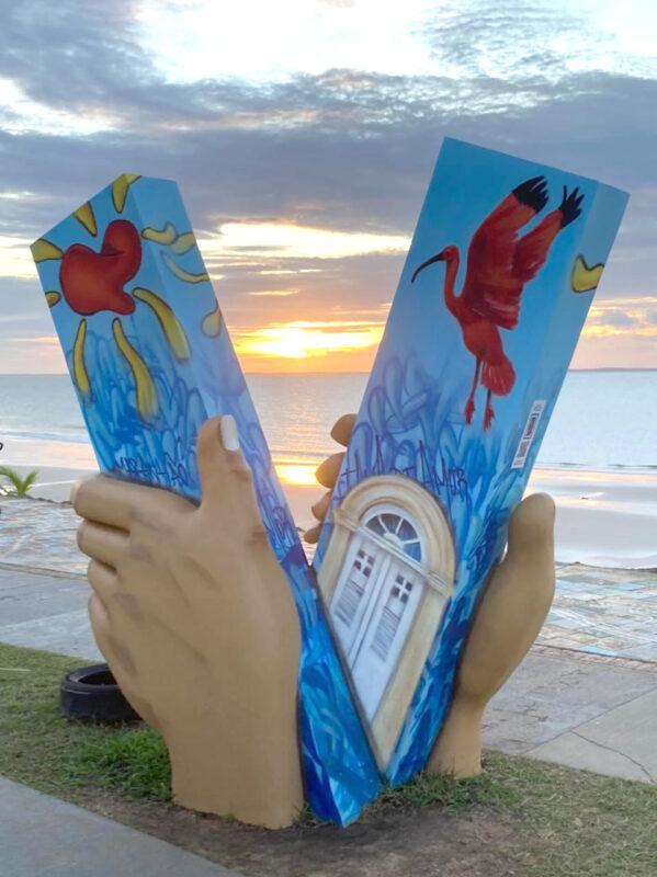 Escultura Matraca da Ilha, na Avenida Litorânea, ao pôr do sol. Assinada pelo artista visual Gil Leros - Foto: Divulgação