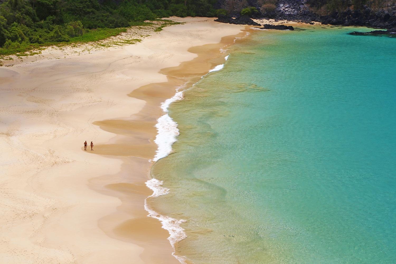 Praia do Sancho de águas claras localizada a oeste do Morro Dois Irmãos e a leste da Baía dos Golfinhos, no arquipélago de Fernando de Noronha – Foto: Zé Henrique