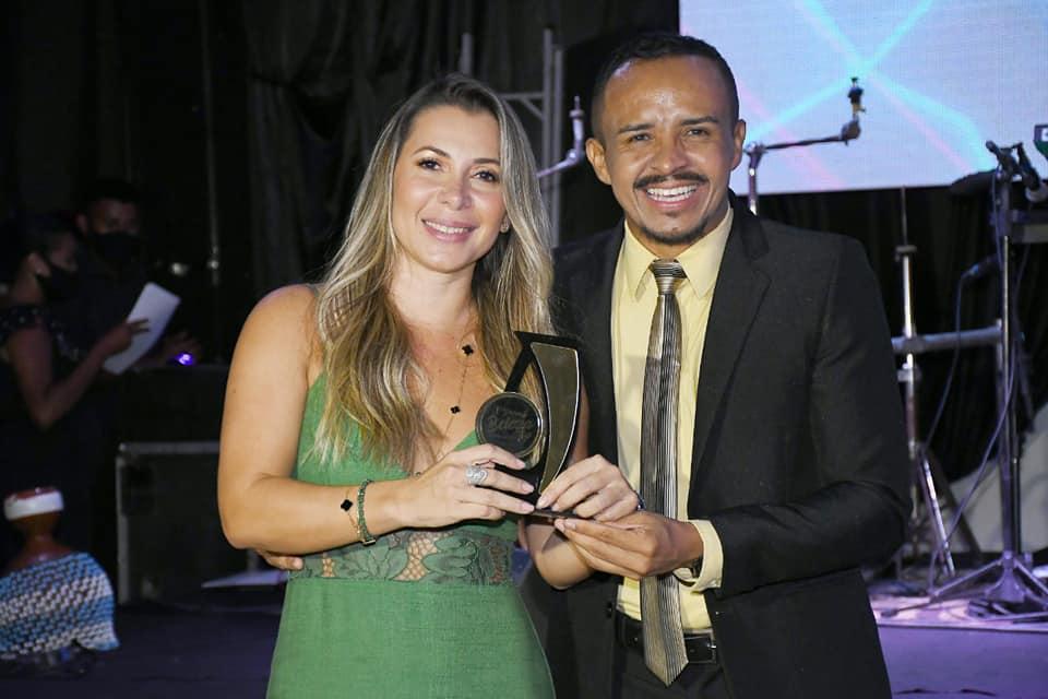 Quitéria Gonçalves – Studio Capelli D'oro, recebe homenagem das mãos do colunista Willian Santos - Foto: Divulgação