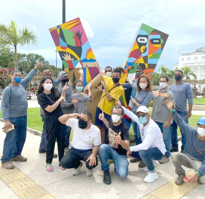 O designer Marcelo Figueirêdo e o artista Origes, com as equipes de instalação das esculturas Matracas da Ilha e de comunicação do Mobiliza SLZ - Foto: Divulgação
