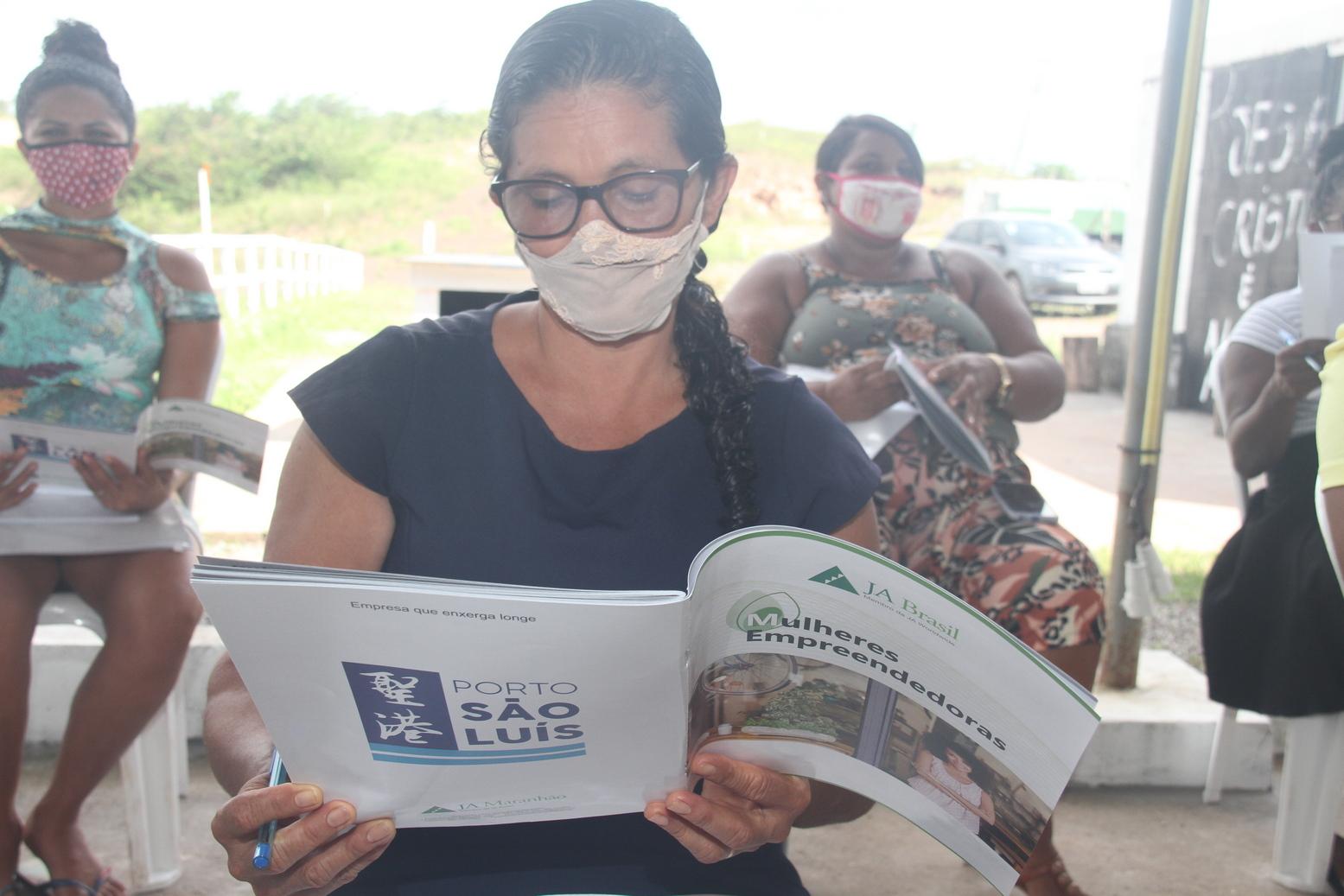 Foto 2 – As alunas acompanharam as aulas e também receberam uma apostila com todas as informações sobre gestão de negócios – Foto: Divulgação