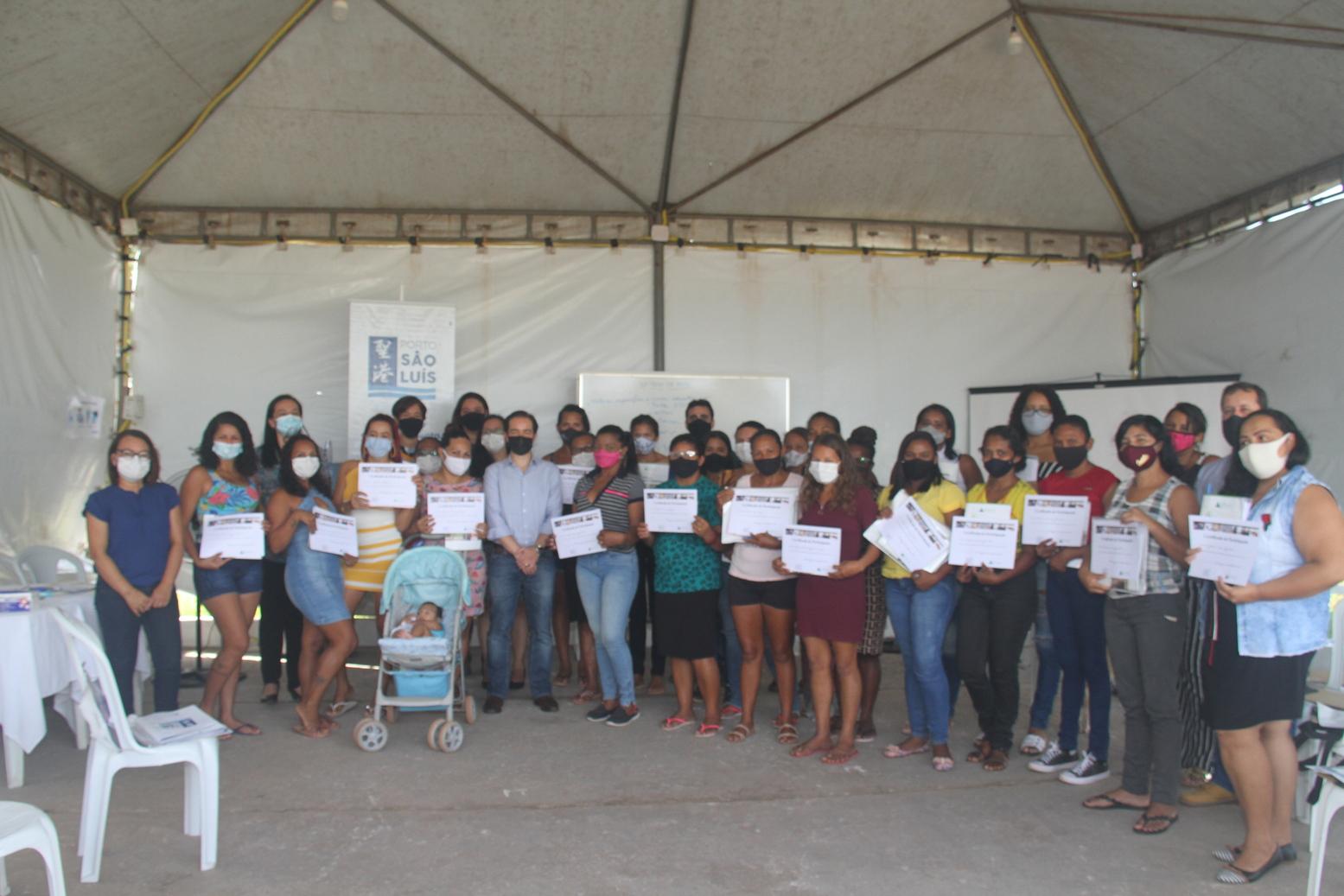 A foto oficial das alunas diplomadas na primeira turma do curso Mulheres Empreendedoras com o Pres. do Porto São Luís Heder Dantas e equipe – Foto: Divulgação