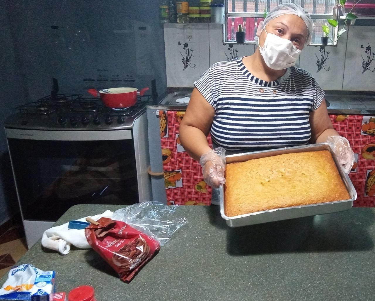 Com a mão na massa, a mais nova empreendedora da Mãe Chica Simone Almeida fabricando os deliciosos bolos de pote da sua Sabor de Mel, negócio criado por ela imediatamente após o curso – Foto: Divulgação