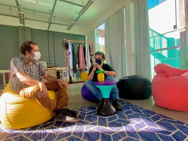 O Designer Marcelo Figueirêdo, da Quadrante Brasil e da Design com Brócolis, ao lado do parceiro Helton Bezerra, da Casa de Árvore Coworking: desafio de design - Foto: Divulgação