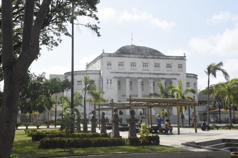 Em frente a Biblioteca, os bustos de personalidades da história da cidade de São Luís - Foto: Paulo Caruá
