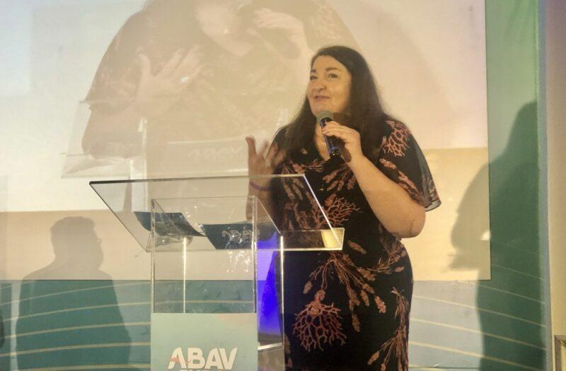 Magda Nassar, presidente da Abav Nacional, discursa na abertura celebrando reencontro da cadeia do turismo – Foto: Divulgação