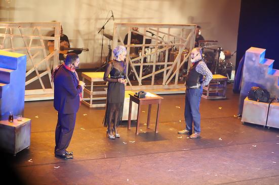 Atores do Grupo Encanto durante apresentação da Ópera do Malandro, no Teatro Arhur Azevedo – Foto: Divulgação