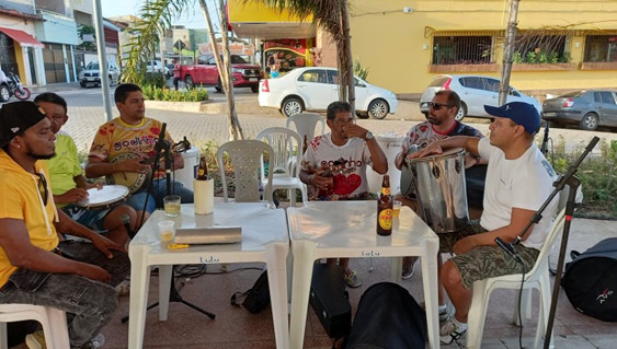 Fazendo uma preparação para começar a tarde/noite de sambas da melhor qualidade, o Grupo Tradicional Show contaria com a performance de Quirino, Godinho e outros bambas – Foto: Divulgação