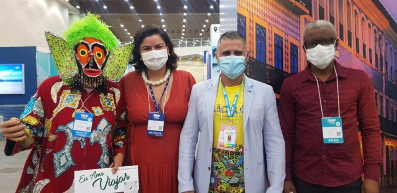 Cazumbá (personagem do folclore maranhense), Renata Costa (Sebrae), Saulo Ribeiro (Secretário Municipal de Turismo) e Jansen Santos (Abav/MA) - Foto: Divulgação